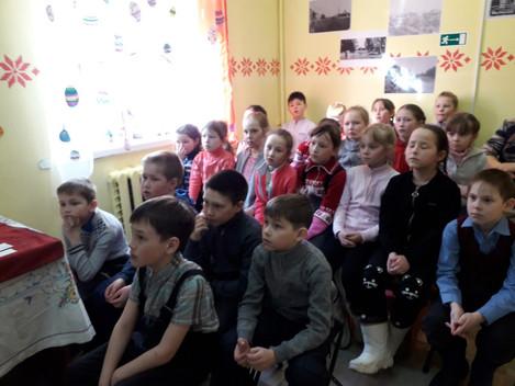 """Выставочный зал """" Зарни Шунды"""" посетили учащиеся 5а класса Дебесской средней школы. Ребята"""