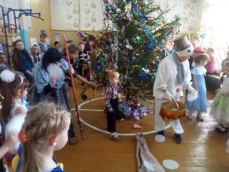 """Сотрудники Центра """"Сибирский тракт"""" провели новогоднюю елочку для детишек детского сада и"""