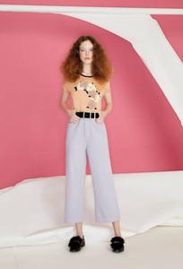 Mulher usando calça lilas