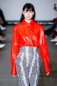 Modelo usando camisa de couro vermelha