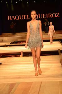 Modelo usando vestido de festa curto