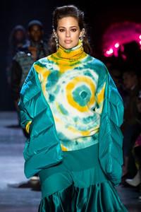Modelo usando roupa tie dye