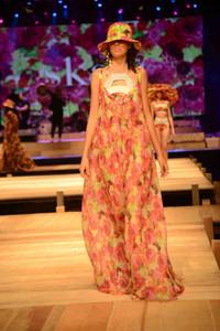 Modelo usando vestido longo estampado