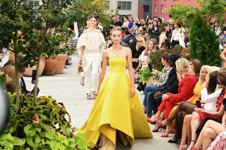 Modelo usando vestido longo de festa amarelo