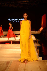 Modelo de vestido longo mostarda