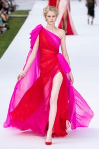 Vestido esvoaçante rosa e vermelho