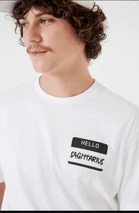 Modelo usando camiseta signo