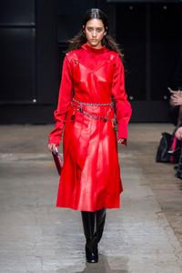 Modelo usando vestido de couro vermelho