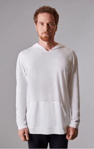 Modelo com camiseta de manga comprida branca