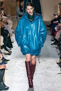 Modelo usando vestido de couro azul