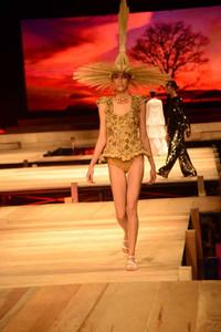 Modelo usando roupa estilo artesanal
