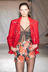 Modelo usando jaqueta de couro vermelha