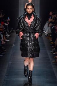 Modelo usando casaco estofado de couro