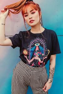 Modelo usando camiseta astrologia