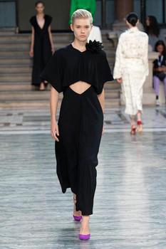 Vestido preto com recorte centralizado