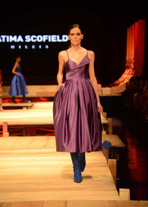 Modelo de vestido roxo