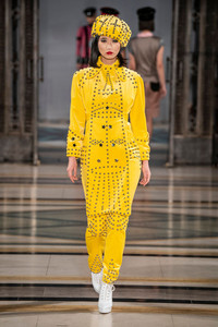 Modelo usando conjunto amarelo vibrante