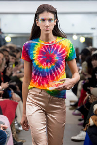Modelo usando camiseta tie dye