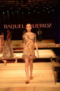 Modelo usando vestido curto moda festa