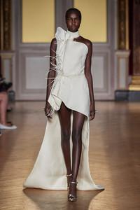 Vestido longo branco com pluma