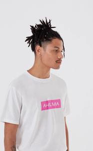 Modelo com camiseta branca Ahlma