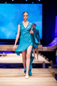 Modelo usando vestido azul