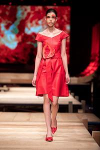 Modelo usando vestido vermelho