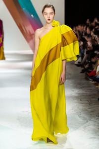 Modelo usando vestido longo amarelo