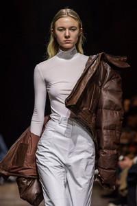 Modelo usando jaqueta estofada de couro
