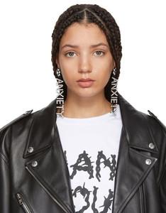 Garota com brincos e jaqueta de couro