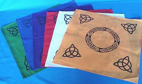 Magic doek  green met zwarte Triquetta en Keltische symbool