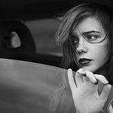 Sad Meisje in het venster