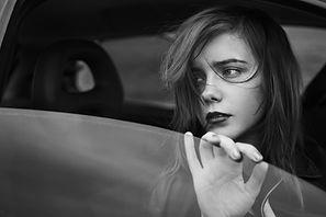 Trauriges Mädchen im Fenster