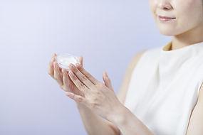 エイジングケアクリームを持つ女性