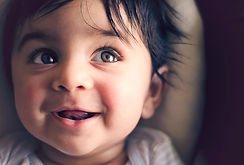 Lächelndes Baby dank Hebamme
