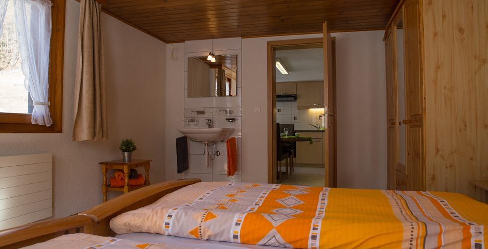 Schlafzimmer mit Waschbecken