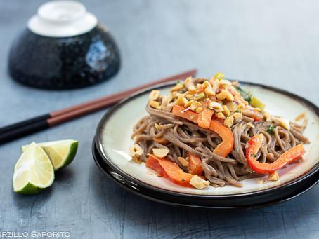 Insalata di noodles con salsa al burro di arachidi