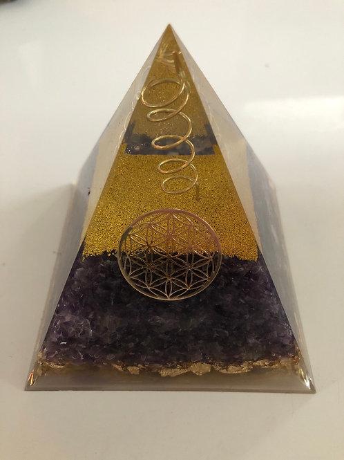 Grande pyramide orgonite et amethyste