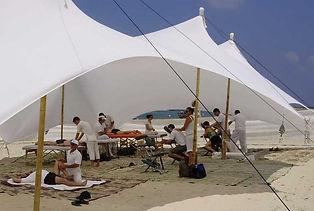 אוהל טיפולים לבן עם מתחם עיסויים