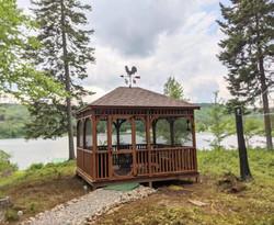 Gazebo en bois au lac