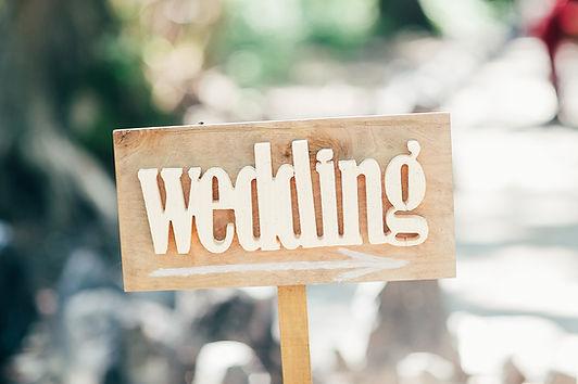 結婚式へ続く道、ウェディングの看板