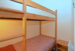 double-bunk bedAuron