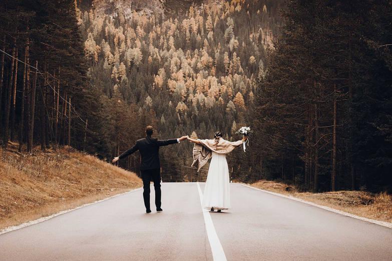 Gemeinsam einer Strasse entlang