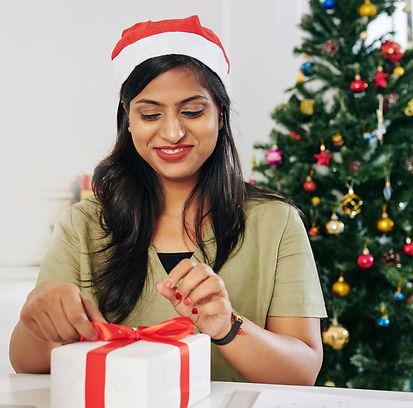 opening-christmas-present-8GVXGX3small_w