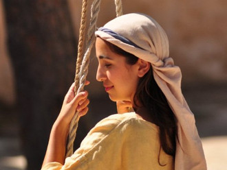 An immersive community theatre actress in Israel