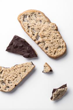 Tableta de chocolate 75%, pan y aceite de oliva
