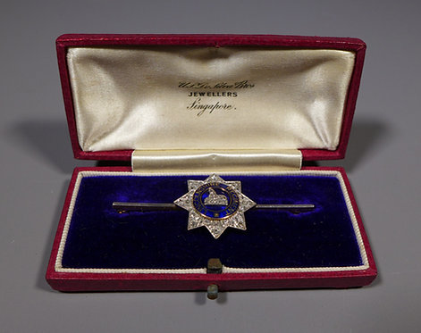 Vintage 18ct Gold Diamond and Enamel Lincolnshire Regiment Sweetheart Brooch in box