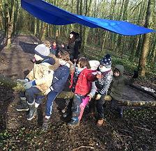 enfants sur un tronc d'arbre