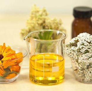 beaker aceite y flores.jpg