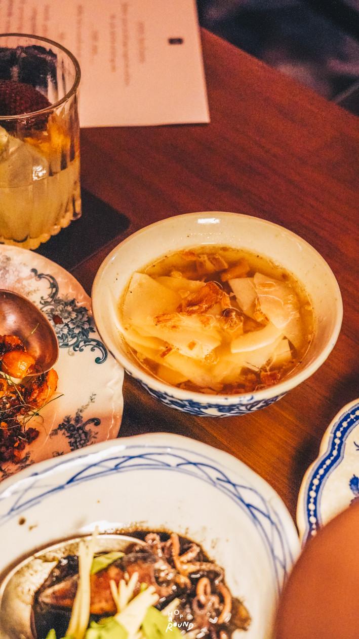 แกงจืดหมูย่างหน่อไม้ไผ่ตง Aksorn ย้อนรอยต้นตำรับอาหารไทยยุค Post-WWII รีวิวห้องอาหารอักษร เจริญกรุง เซ็นทรัล ดิ ออริจินัลสโตร์ จากเชฟ David Thompson รีวิวร้านอาหาร อาหารไทยโบราณ ขนมไทยโบราณ สูตรต้นตำรับ ร้านอาหารไทย ย่านเจริญกรุง